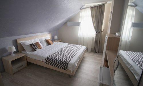 Camera triplă